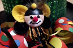 Ein Clown mit Luftschlangen für einem Karnevalshut