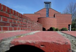 Rotes Klinkerkleid und moderne Formen: die Friedenskirche. (Foto: Meike Böschemeyer)