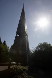 Vor allem der vorgesetzte freistehende Glockenturm weist auf die Gnadenkirche in Pech hin. (Foto: Meike Böschemeyer)