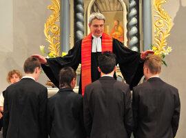 Pfarrer Günter Schmitz-Valadier, der in der Alten Kirche Wachtberg-Berkum Konfirmanden den Segen erteilt. Foto: Walter Rohwedder