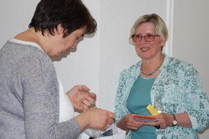 Dank und Geschenke zum Abschied: Brigitte Schmitt mit Sabine Cornelissen (links)