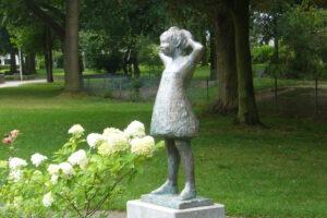 """Kunst auf dem Heiderhof: """"Mädchen im Garten stehend"""" der Godesberger Künstlerin Eva de Maizière (1925-2003). Foto: privat."""